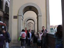 Caminando, muy próximos a la Galleria degli Uffizi