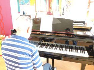 Tocando el piano, para todos nosotros