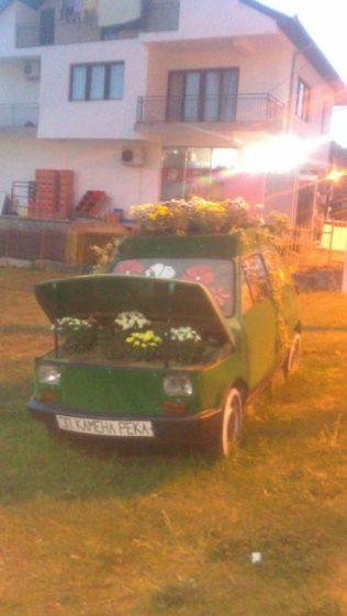 Simpatico auto en las calles de Kamenica