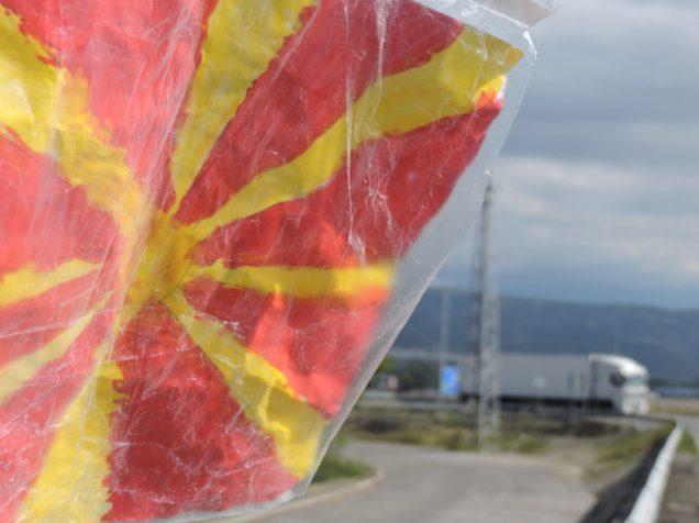 Haciendo dedo en el fin del mundo, con bandera Macedonia