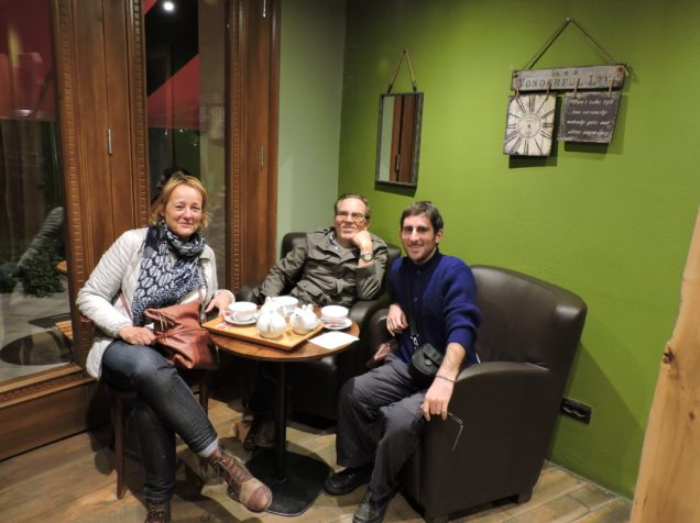 Con Eugenio y señora en un café de Tirana, Albania