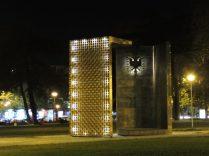 Caminando en la noche de Tirana, en el parque