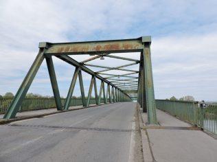 Cruzando caminando el puente que divide Bosnia-Herzegovina de Croacia