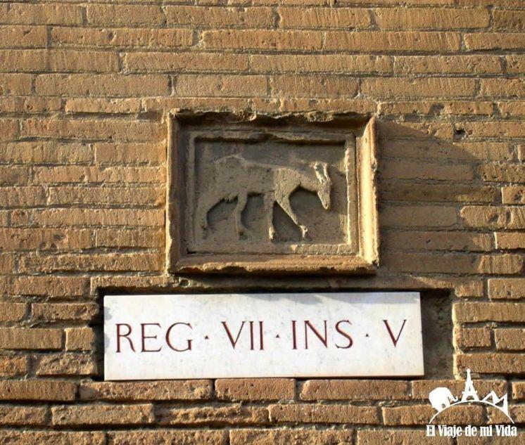 Indicador de dirección en las calles de Pompeya