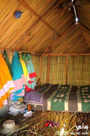 Interior de las casas de las Islas de Uros en Perú