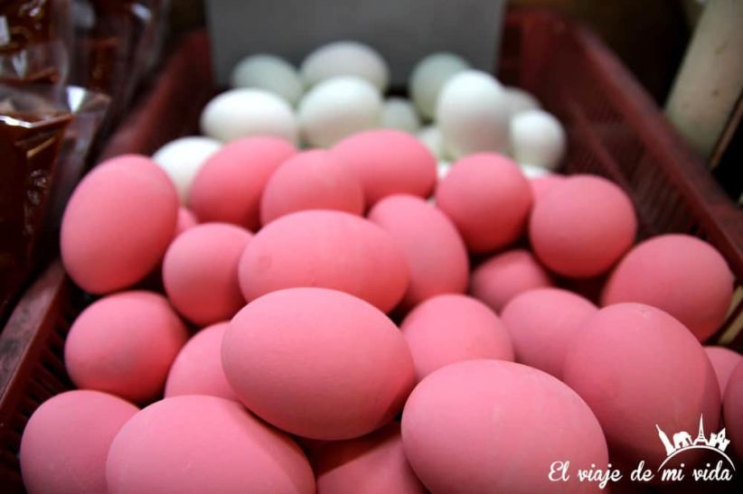 Huevos rosas en el mercado de Chiang Mai