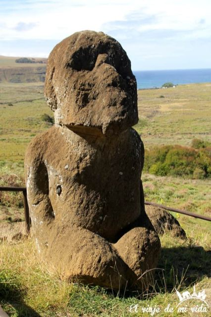 El único moái arrodillado de la Isla de Pascua, Chile