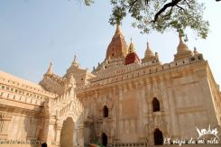 Espectacular fachada del templo Ananda