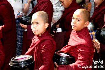 Monjes de Mandalay esperando el desayuno, Myanmar