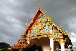 Templo de Phuket Town con tormenta de verano acechando
