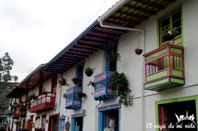 Balcones coloridos de la arquitectura colonial en Salento, Colombia