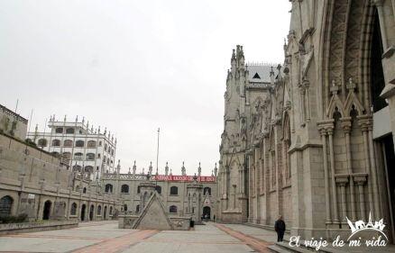 Patio interior de la Basílica del Voto Nacional, Quito, Ecuador