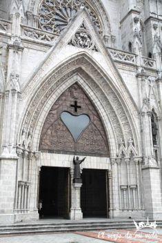 Fachada de la Basílica del Voto Nacional de Quito, Ecuador