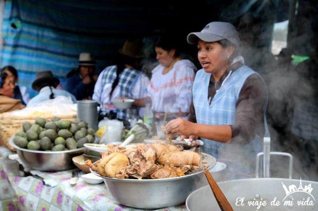 Desayuno en el mercado indígena de Otavalo, Ecuador