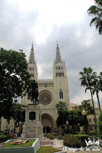 La Catedral de Guayaquil al fondo del parque