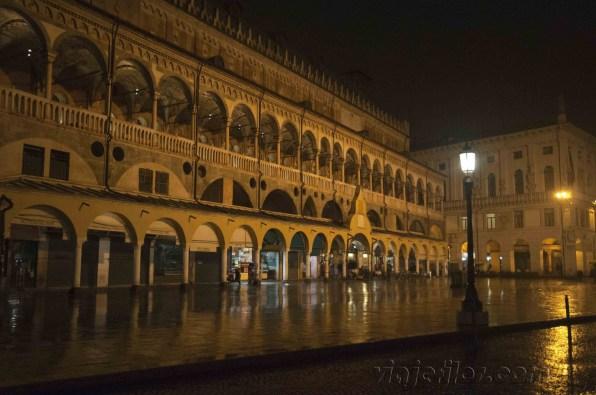 Padua Piazza della Frutta por la noche