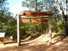 Entrada da trilha que leva aos atrativos do Sítio Fundão