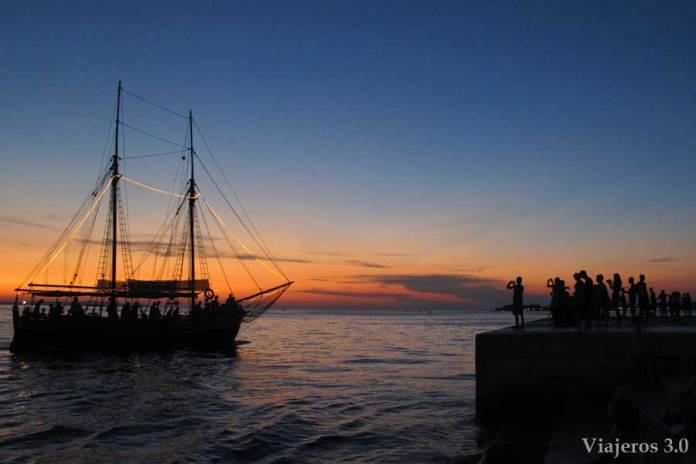 turistas viendo el atardecer de Zadar