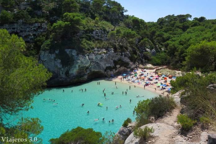 Mirador en la pequeña cala Macarelleta de Menorca
