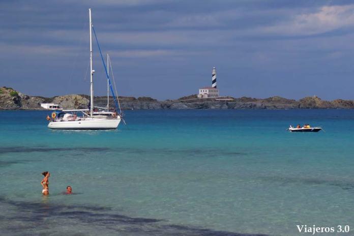 Faro de Favàritx desde Cala Tortuga en el norte de Menorca
