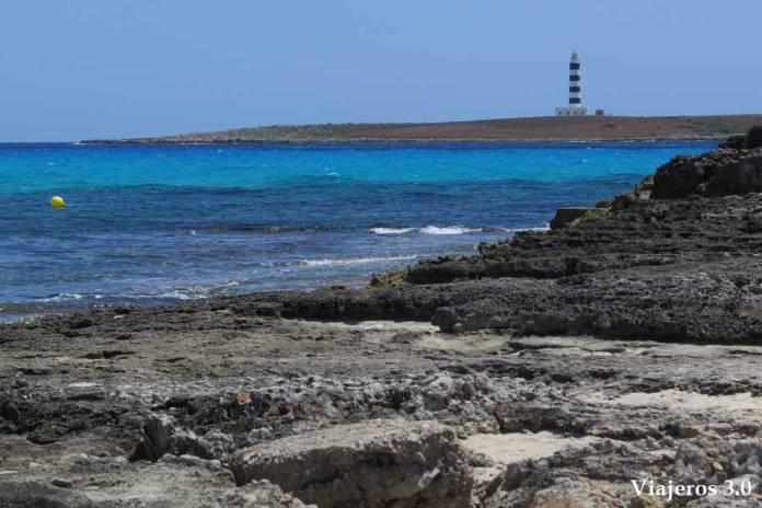 Isla del Aire desde playa Punta Prima en Menorca