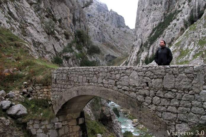 puente en el sendero de Poncebos a Bulnes