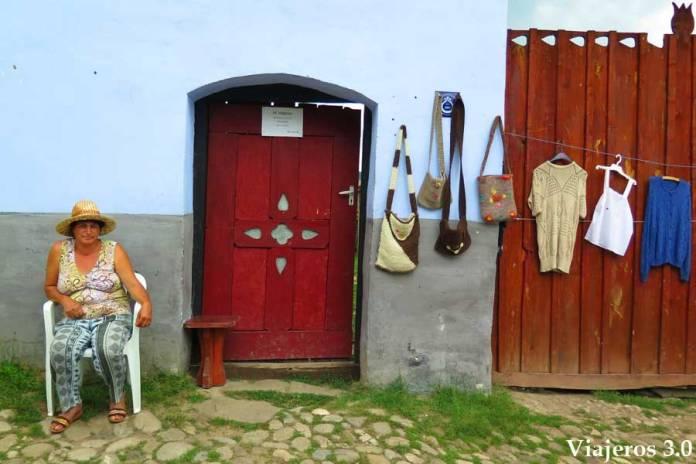 mujer rumana en Viscri,, viajar a Rumanía