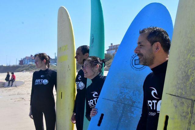 compañeros de Castilla y León TB en la escuela de surf en Galicia