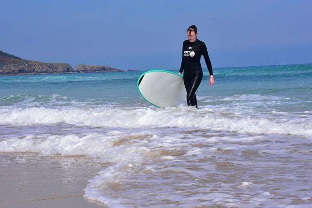 Rebeca de Viajeros 3.0 en la escuela de surf Art Surf Camp