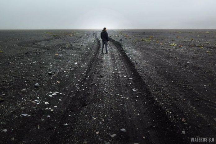 campos de lava en excursión a cueva de hielo en Islandia