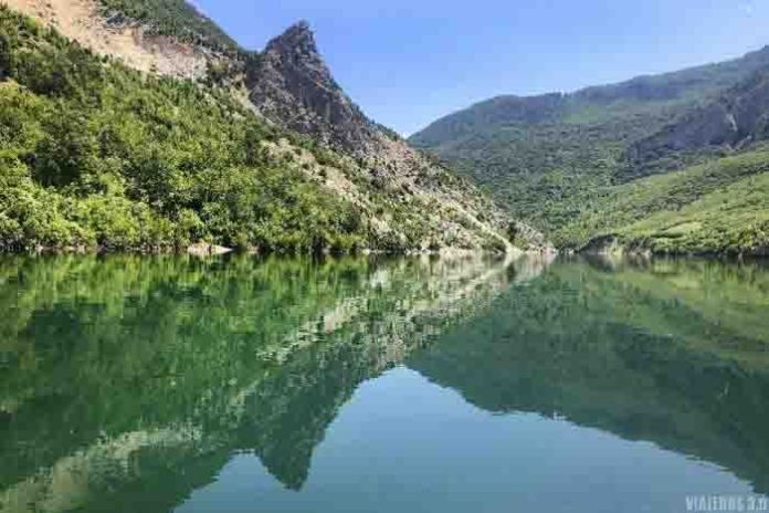 Lago Koman en los Alpes albaneses.