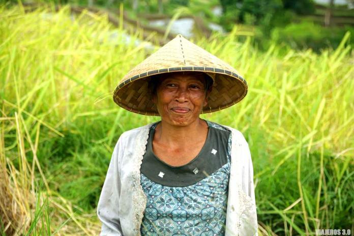 Gente local durante mi viaje por Indonesia.
