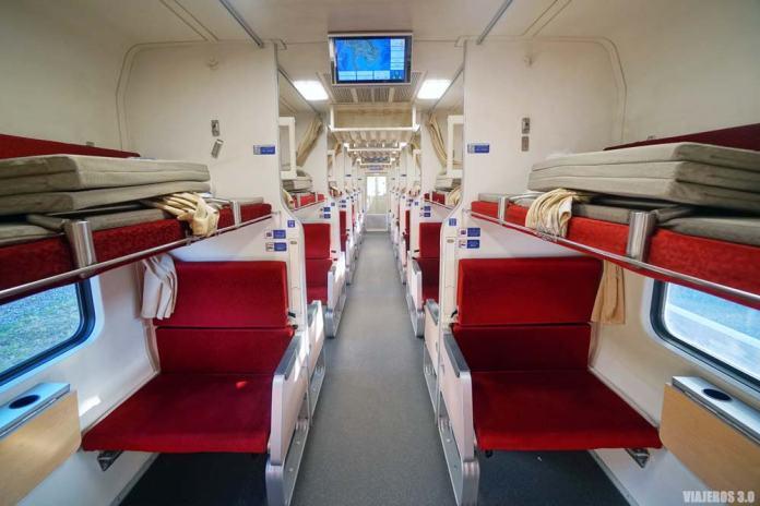 Segunda clase tren nocturno de Bangkok a Chiang Mai.