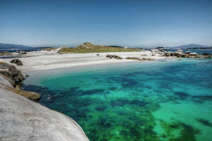playa paradisíaca en Isla Areoso en Galicia