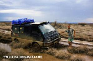 La Cucaracha con el motor roto en Sibiloi National Park, Kenia. Around the World in 10 Years. 4x4. Breakdown