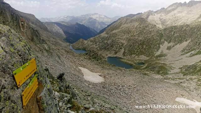 Paso de montaña en los Pirineos con un lago al fondo