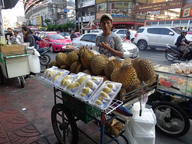 puesto de comida callejero de frutas en Bangkok - durian