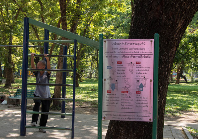 Barras fijas para calistenia en el parque Lumpini en Bangkok