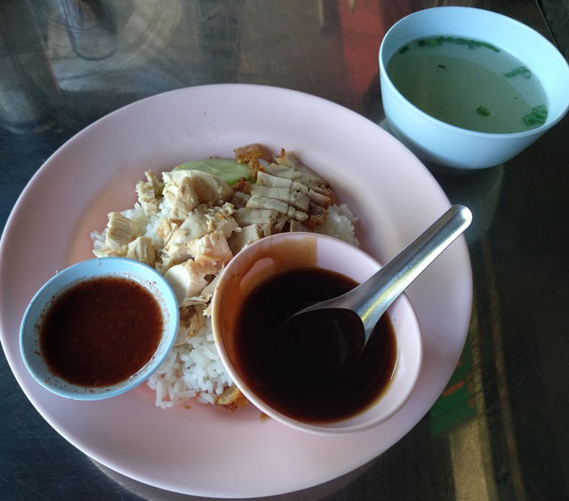 comida tailandesa sana con salsas