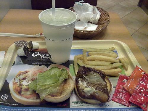 Okonomiyaki Burger de Mos Burger en Singapur. ViajerosAlBlog.com