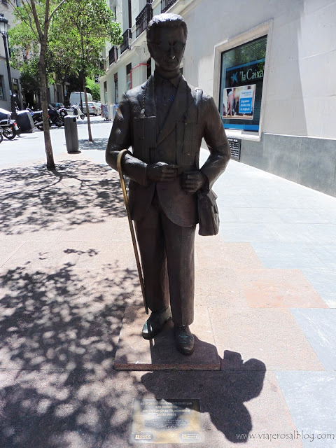 Estatuas urbanas de Madrid: El Vendedor de Cupones de la Plaza de las Cortes.