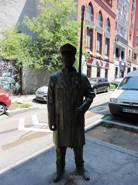 Estatuas urbanas de Madrid: Farolero Madrileño en Embajadores.