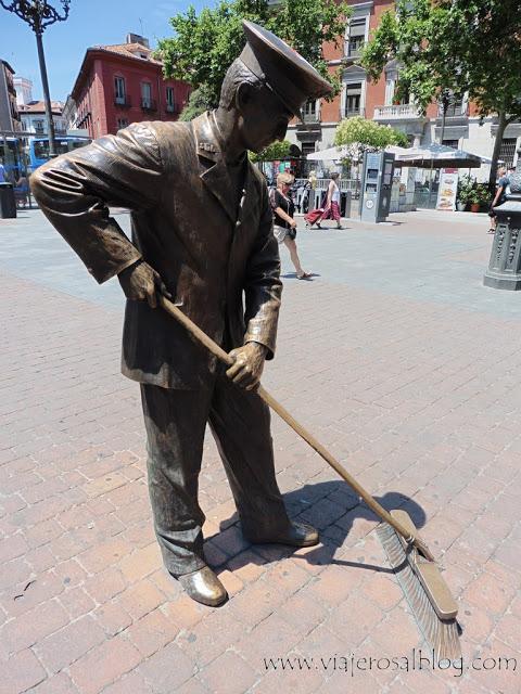 Estatuas urbanas de Madrid: El Barrendero de Jacinto Benavente.