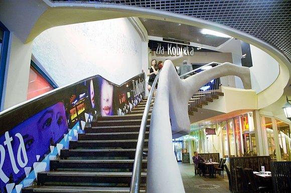 Fotografía tomada del interior del centro comercial Krzywy Domek, Polonia