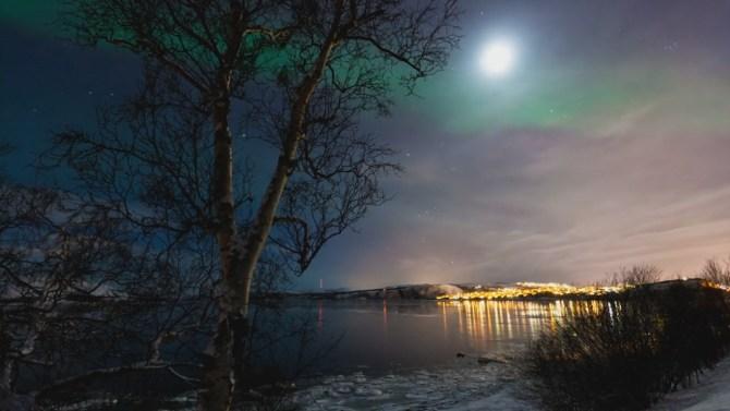 Luna, cielo nocturno y aurora boreal