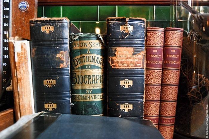 Libros sobre medicina, pertenecientes al médico.
