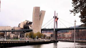 Bilbao Museo Guggenheim y Puente de la Salve.