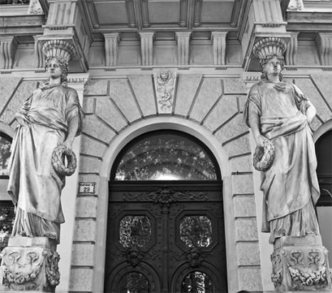 Arquitectura palacios columnas estatuas barrocas Andrássy Út Budapest