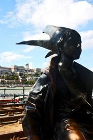 Princesita estatua Danubio Palacio Real Budapest