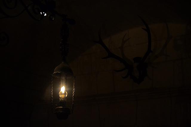 Candil encendido oscuridad habitación castillo Chenonceau Francia